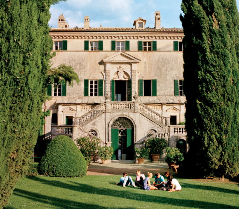 15 examples of breathtaking italian designed interiors for Italian villa architecture