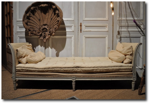 Spactacular Photo Of A French Bench With A Shell Mold